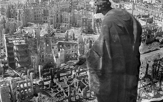 Vue de Dresde depuis la tour de l'hôtel de ville après les bombardements alliés, en 1945. (CC BY-SA 3.0 DE/Wikipedia)