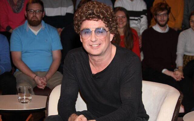 """L'humoriste allemand Atze Schroeder lors du talk-show télévisé """"Markus Lanz"""" le 5 février 2020 à Hambourg, Allemagne, au cours duquel il a présenté ses excuses à Eva Szepesi, survivante d'Auschwitz, au nom de son père, qui a servi dans l'armée nazie. (Crédit : Tristar Media/Getty Images via JTA)"""