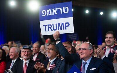 Des partisans de Donald Trump brandissent des pancartes en hébreu et en anglais alors que le président s'exprime lors de la réunion annuelle des dirigeants de la Republican Jewish Coalition à Las Vegas, le 6 avril 2019. (Saul Loeb / AFP via Getty Images/via JTA)