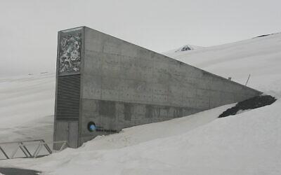La Réserve mondiale de semences du Svalbard, une chambre forte souterraine sur l'île norvégienne du Spitzberg destinée à conserver dans un lieu sécurisé des graines de toutes les cultures vivrières de la planète et ainsi de préserver la diversité génétique. Le projet a été réalisé par l'architecte Peter W. Søderman1. (Crédit : Wikimedia Commons)