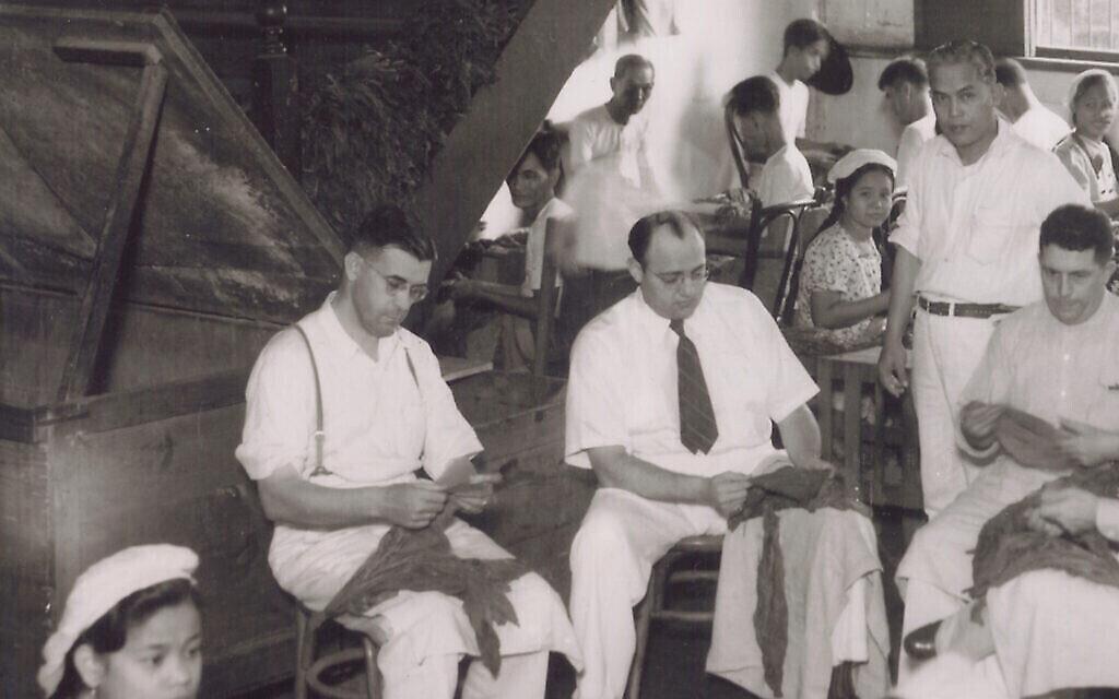 D'éminents hommes d'affaires de Cincinnati (Ohio), les frères Frieder - Alex, Henry, Herbert, Philip et Morris - ont établi leur résidence aux Philippines en 1920 pour développer l'entreprise familiale de tabac aux États-Unis. Sur la photo, Herb Frieder (au centre) avec des feuilles de tabac. (Avec l'aimable autorisation de Dick et Sam Frieder)
