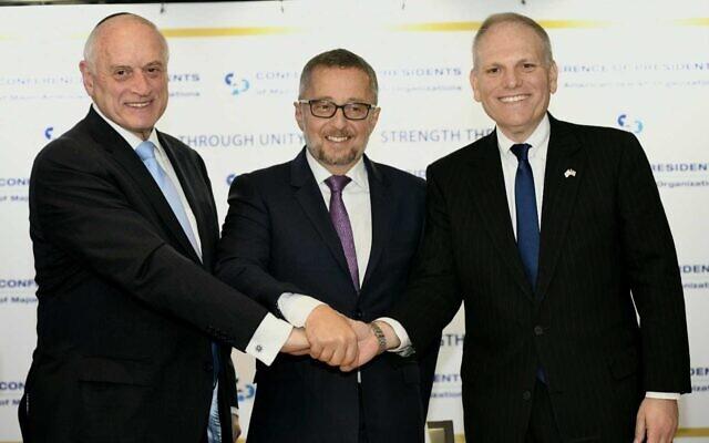 Les membres de la Conférence des présidents : Malcolm Hoenlein (G), Arthur Stark (C) et William Daroff lors d'une conférence de presse à Jérusalem, le 16 février 2020 (Crédit : Avi Hayoun)