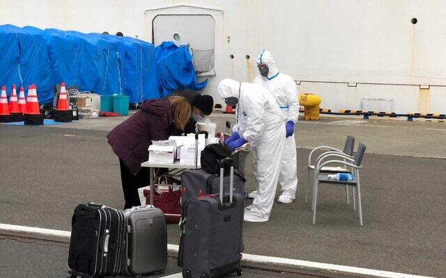 Les passagers israéliens quittent le navire de croisière Diamond Princess où ils ont passé deux semaines en quarantaine en raison d'une épidémie de coronavirus à bord, le 20 février 2020. (Crédit ; Ambassade d'Israël à Tokyo)