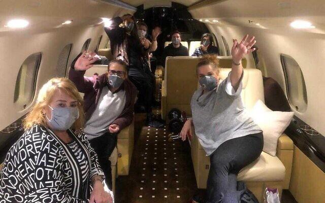 Les Israéliens à bord du Diamond Princess, bateau de croisière placé en quarantaine au Japon, dans l'avion qui les ramène en Israël, le 20 février 2020 (Crédit : Ambassade israélienne au Japon)