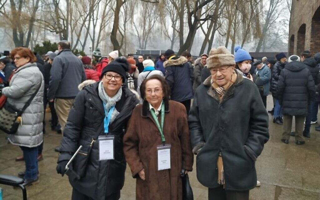 De gauche à droite : Irit Wittmann, Katarina Graf et Sol Graf posent devant le Mémorial et le Musée d'Auschwitz-Birkenau, le 28 janvier 2020. (Yaakov Schwartz/ Times of Israel)