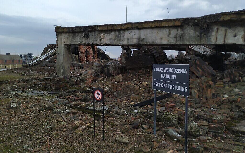 Les ruines des chambres à gaz et des crématoires de l'ancien Auschwitz II-Birkenau, le janvier 2020. (Yaakov Schwartz/ Times of Israel)