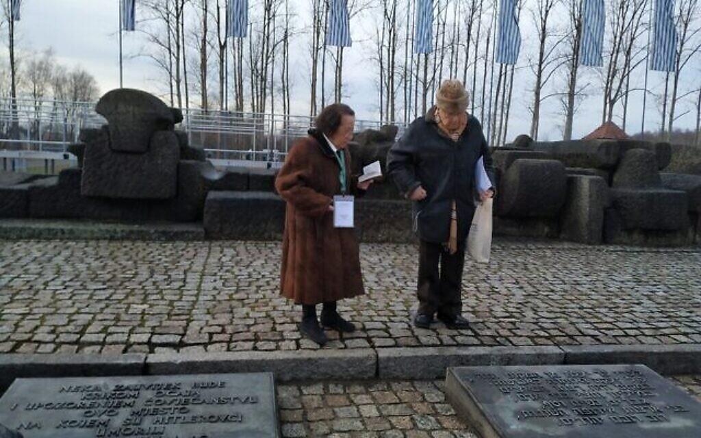 Sol et Katarina Graf près du mémorial entre les chambres à gaz et les crématoires de l'ancien Auschwitz II-Birkenau, le 28 janvier 2020. (Yaakov Schwartz/ Times of Israel)