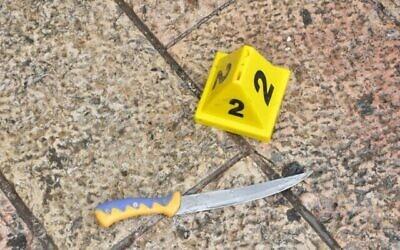 Illustration : Un couteau utilisé lors d'une tentative d'attaque à l'arme blanche dans la Vieille Ville de Jérusalem, le 22 février 2019 (Crédit : Police israélienne)