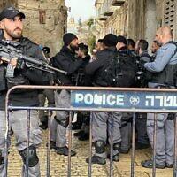 La police sur les lieux d'une tentative d'attentat à l'arme blanche dans la Vieille Ville de Jérusalem, le 22 février 2019 (Crédit : Police israélienne)