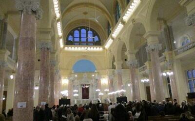 Des visiteurs se rassemblent à l'intérieur de la synagogue Eliyahu Hanavi récemment rénovée à Alexandrie, en Egypte, le 14 février 2020 (Autorisation)