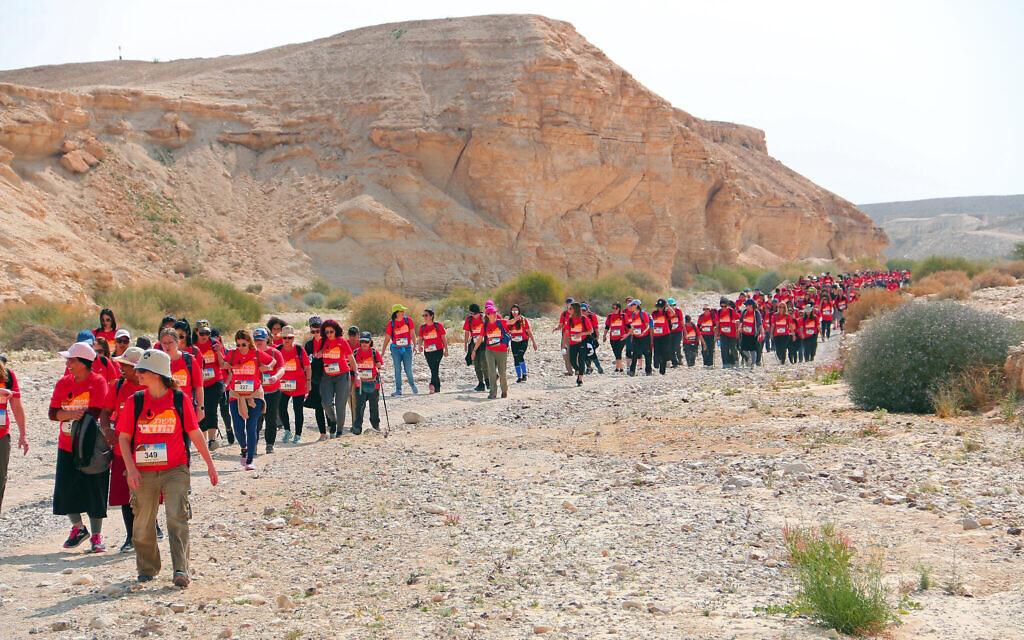 """La 3e randonnée des """"Femmes qui déplacent des montagnes"""" en solidarité avec les femmes enchaînées. (Irit Amit/Autorisation)"""