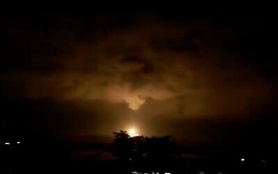 Capture d'écran d'une vidéo montrant le gaz naturel en train de s'enflammer sur la plate-forme Leviathan au large de la côte de Césarée, le 11 février 2020. (Twitter)