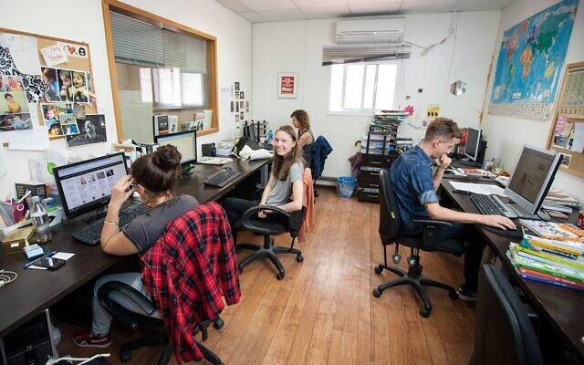 Des stagiaires Massa dans une société en Israël. (Crédit : Massa)