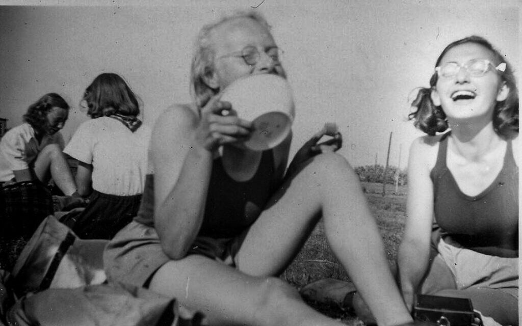 Margot Frank (à droite) avec son équipe d'aviron d'Amsterdam en 1941; photo modifiée pour mettre en évidence Margot. (Photo: Roos van Gelder, avec l'aimable autorisation de la Maison Anne Frank)