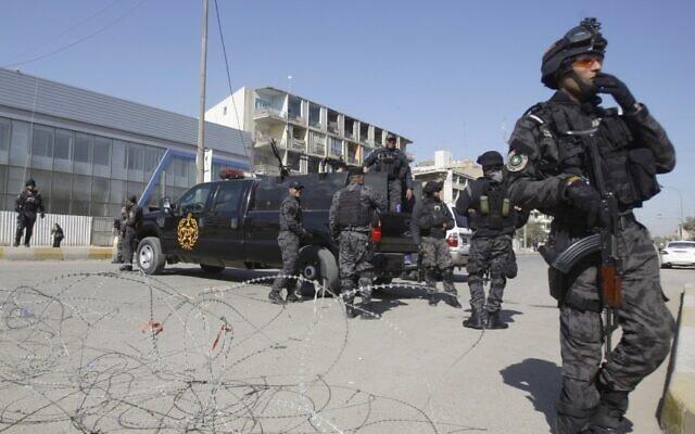 Image d'illustration : Des soldats des forces de sécurité irakiennes ferment une rue menant à la Zone verte de Bagdad, en Irak. (Crédit : AP)