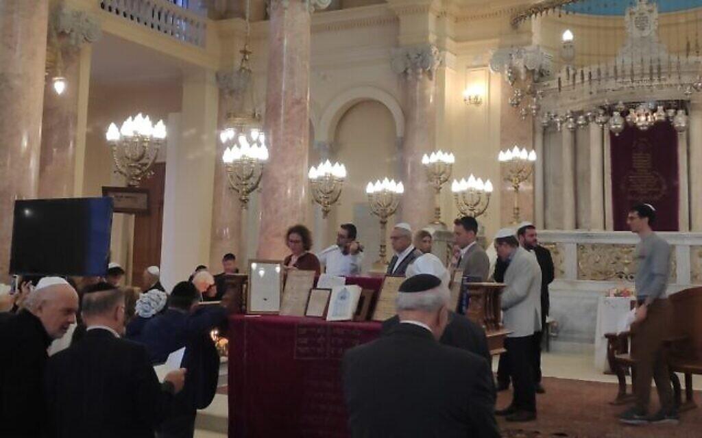 La lecture des noms de parents défunts à Alexandrie dans la synagogue Eliyahu Hanavi récemment rénovée  à Alexandrie, en Egypte, le 14 février 2020 (Autorisation)