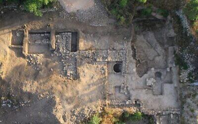 Photo aérienne du temple de Motza à la fin de la saison de fouilles 2013 (Crédit : P. Partouche, SkyView)