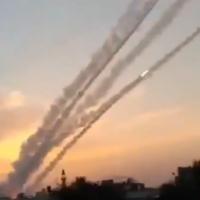 Des roquettes sont tirées depuis la bande de Gaza vers le sud d'Israël, le 23 février 2020. (Capture d'écran)