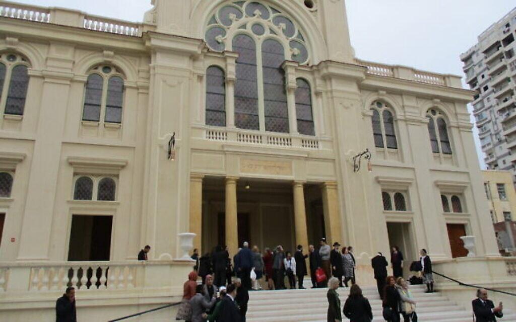 Des visiteurs se rassemblent aux abords de la synagogue Eliyahu Hanavi récemment rénovée à Alexandrie, en Egypte, le 14 février 2020 (Autorisation)