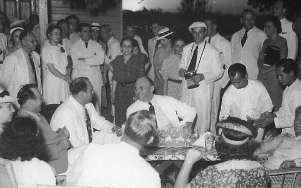 """Les Frieder lors de l'inauguration de la salle Marikina avec le président philippin Manuel L. Quezon ( en position allongée à l'extrême droite / devant) le 23 avril 1940. Sur la photo, on voit Alex Frieder (au centre), parlant à son frère Herbert ; et au premier plan à gauche, la femme d'Alex, Corinne (chapeau blanc avec bande noire) et à sa droite, sa fille Alice. (Avec l'aimable autorisation de """"Rescue in the Philippines"""")"""