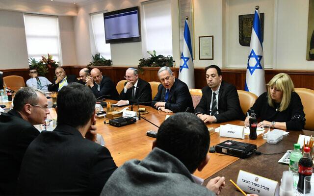 Le Premier ministre Benjamin Netanyahu, au centre, préside une réunion pour débattre de l'impact économique du coronavirus à Jérusalem, le 25 février 2020 (Crédit : Haim Zach/GPO)