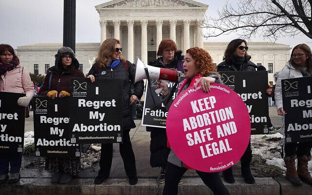 Des manifestants des deux camps concernant l'avortement se rassemblent devant le bâtiment de la Cour suprême des États-Unis lors de la marche pour le droit à la vie, le 18 janvier 2019 à Washington, DC. (Crédit : Mark Wilson/Getty Images via JTA)