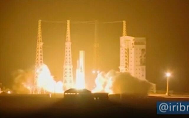 Une fusée iranienne transportant un satellite est lancée depuis la station spatiale Imam Khomeini dans la province iranienne de Semnan, le 9 février 2020. (Crédit : capture d'écran IRIB via AP)