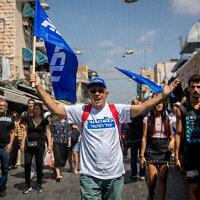 Des partisans du parti du Likud lors d'une tournée de campagne électorale à Jérusalem, le 13 septembre 2019 (Crédit :  Yonatan Sindel/Flash90)