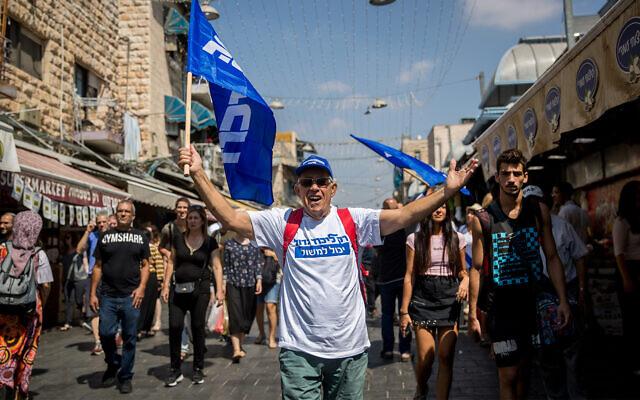 Des partisans du parti du Likud lors d'une tournée de campagne électorale à Jérusalem, le 13 septembre 2019. (Crédit: Yonatan Sindel/Flash90)