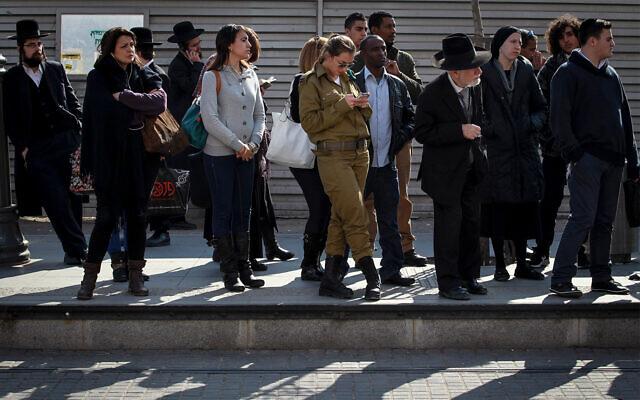 Des Israéliens attendent le tramway à Jérusalem, le 17 février 2014. (Hadas Parush/Flash90)
