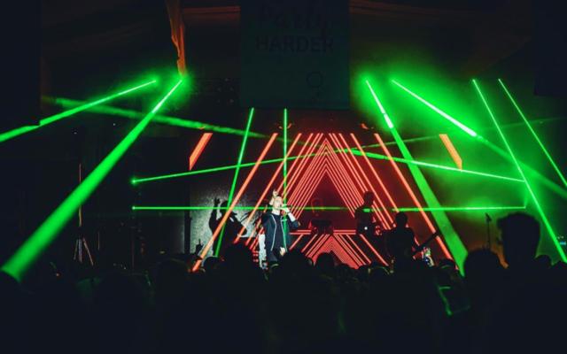 Le chanteur pop israélien Ivri Lider lors de l'un de ses derniers concerts, en février 2020 (Autorisation : Ivri Lider)