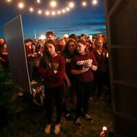 Des personnes se recueillent lors de la commémoration des victimes de la fusillade du 14 février 2019 à Parkland (Floride). (AP Photo/Wilfredo Lee)