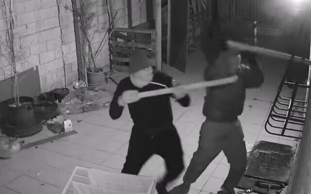Des vandales masqués attaquent le domicile d'un témoin qui a témoigné contre le rabbin Eliezer Berland, un délinquant sexuel condamné et accusé de fraude. (Capture d'écran YouTube)