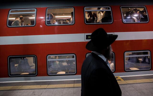 Passagers à la gare Yitzhak Navon de Jérusalem, le 18 décembre 2019. (Yonatan Sindel/Flash90)