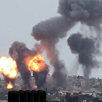 Attaques aériennes israéliennes à Khan Younès, au sud de Gaza, le 24 février 2020. (Abed Rahim Khatib/Flash90)