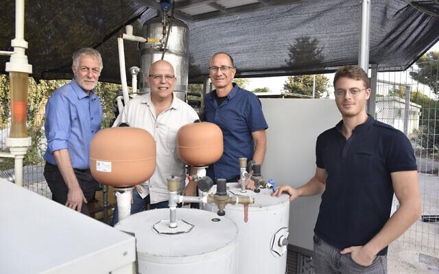 De gauche à droite : mes chercheurs du Technion, le professeur David Broday, le professeur Eran Friedler, Ilan Katz et Liron Houber. (Autorisation/Technion)