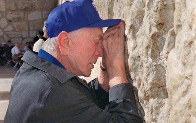 L'acteur américain Kirk Douglas prie au mur Occidental de Jérusalem, le 17 juillet 2000. (Menahem KAHANA/AFP)