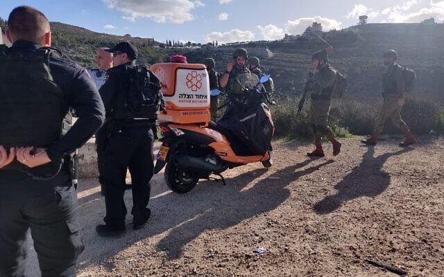 Les médecins et les forces de sécurité sur le site d'une fusillade le long de l'autoroute à l'extérieur de l'implantation de Dolev, dans le centre de la Cisjordanie, le 6 février 2020. (Crédit : Hatzalah United)