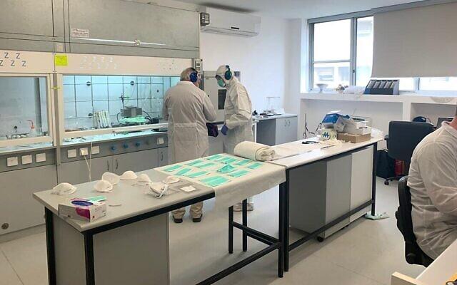 Sonovia Ltd. utilise la nanotechnologie pour créer des tissus qui se sont avérés efficaces contre les infections bactériennes et fongiques. Le laboratoire de l'entreprise à Ramat Gan. (Autorisation)