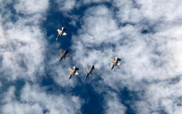Les F-16 israéliens et les chasseurs français Dassault Rafale volent ensemble dans le cadre d'un exercice aérien commun en février 2020. (Armée israélienne)