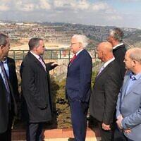 L'ambassadeur américain en Israël, David Friedman (4e en partant de la droite), visite l'implantation d'Efrat avec des dirigeants d'implantations, le 20 février 2020. (Autorisation)
