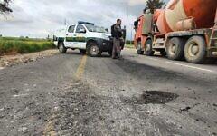 Dégâts causés par unn obus de mortier depuis la bande de Gaza sur une route du sud d'Israël, le 23 février 2020 (Crédit : Police israélienne)