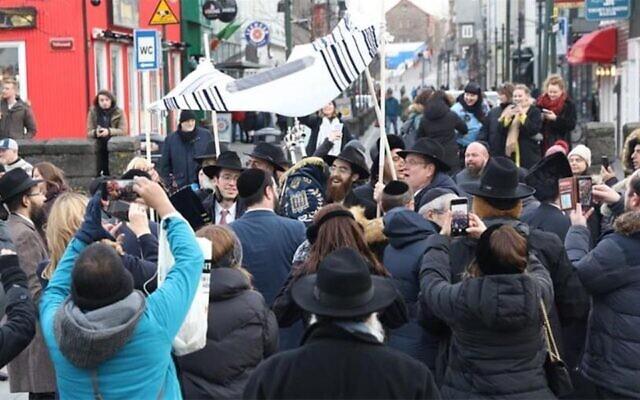 La communauté juive de Reykjavik accueille un nouveau rouleau de Tora pour le centre Habad local, le 16 février 2020. (Crédit : Gabriel Rutenberg/Chabad.org via JTA)