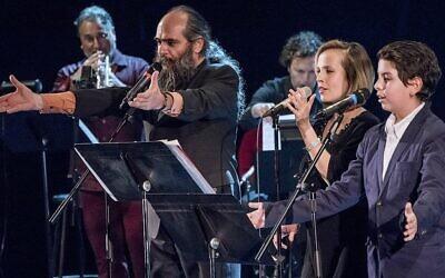 Le compositeur Psoy Korolenko, la chanteuse de jazz canadienne Sophie Milman, et les chanteurs et musiciens du projet «Yiddish Glory». (Crédit : Vladimir Kevorkov)