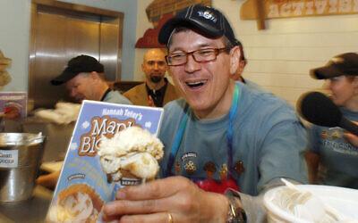 Le nouveau PDG Jostein Solheim sert un cône dans la boutique de Ben & Jerry's à Burlington, Vermont, le mardi 23 mars 2010. (AP Photo/Toby Talbot)