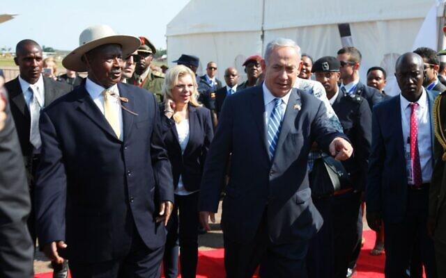 Le Premier ministre Benjamin Netanyahu, (à droite), est accueilli par le président ougandais, Yoweri Museveni, à son arrivée à l'aéroport Entebbe en Ouganda, le lundi 4 juillet 2016. (AP Photo/Stephen Wandera)