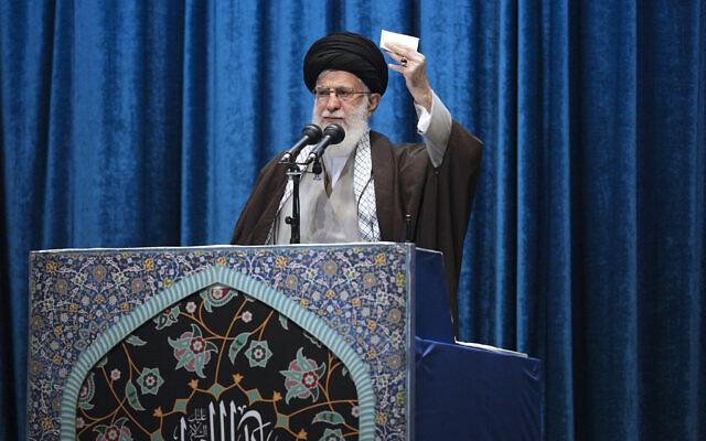 Le Guide suprême iranien l'Ayatollah Ali Khamenei fait son sermon lors des prières de vendredi à la grande mosquée Imam Khomeini à Téhéran, en Iran, le 17 janvier 2020. (Bureau du Guide suprême iranien via AP)