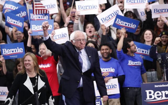 Le sénateur du Vermont Bernie Sanders, candidat à l'investiture présidentielle démocrate, arrive avec sa femme Jane O'Meara Sanders pour parler devant des militants lors de la première soirée électorale à Manchester dans le New Hampshire, le mardi 11 février 2020. (AP Photo/Pablo Martinez Monsivais)