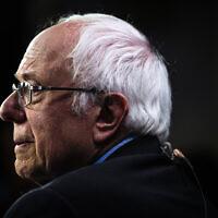 Le sénateur Bernie Sanders, candidat à l'investiture présidentielle Démocrate, parle à des journalistes après un débat pour la primaire présidentielle Démocrate, le mardi 25 février 2020 à Charleston, en Caroline du Sud. (AP Photo/Matt Rourke)