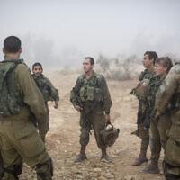 Des soldats du bataillon Bardales s'entraînent à la guerre urbaine un matin brumeux, à proximité de Nitzanim dans la zone d'Arava au sud d'Israël, le 13 juillet 2016. (Photo par Hadas Parush / Flash90